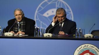 رئيس الغرفة التجارية في دمشق، محمد غسان القلاع (يسار) ومبعوث الكرملين للسلام في سوريا ألكسندر لافرينتيف