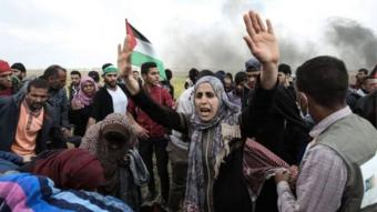 """الفلسطينيون خرجوا في الاحتجاجات تزامنا مع ذكرى """"يوم الأرض""""."""