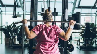 Mulher faz musculação