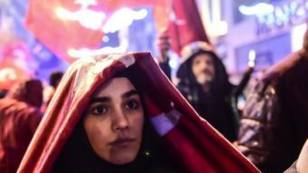 امرأة وعلم تركيا