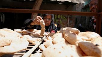 مصرية تشتري الخبز