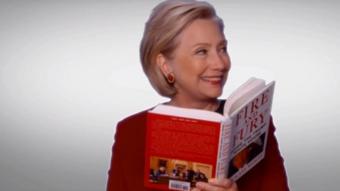 """هيلاري كلينتون تقرأ مقتطفات من كتاب """"نار وغضب"""""""