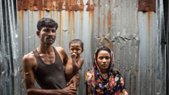 عائلة من بنغلاديش تعيش في بيت من صفيح