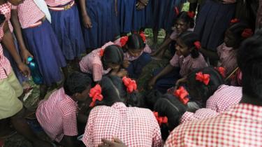 Sejumlah anak sekolah dan warga desa dalam sebuah pertemuan: maraknya kekerasan seksual terhadap perempuan dan bocah perempuan menimbulkan kemarahan publik.