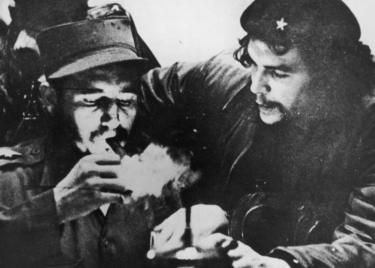 Castro acende um charuto com Che Guevara