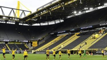 Wachezaji wa Borussia Dortmund walikwenda hadi katika standi ya mashabiki wao na kusherehekea ushindi wao