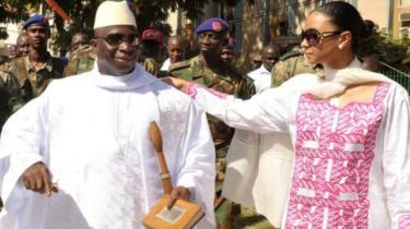 Yahya Jammeh, ugaragara hano ari kumwe n'umugore we Zainab, yatsize amatora ane ya perezida, mbere yuko atungurwa agatsindwa ayo mu mwaka wa 2016