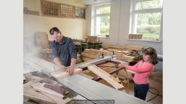 Renate yang berusia delapan tahun suka membantu ayahnya, Eriks Oficier, seorang tukang kayu di Kuldiga, Latvia, saat dia tak di sekolah.