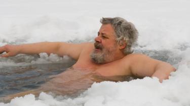 Hombre en hueco en la nieve