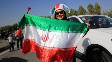 Mashabiki wa soka wa Iran wakiishabikia timu yao kabla ya mechi ya kufunzu ya kombe la dunia