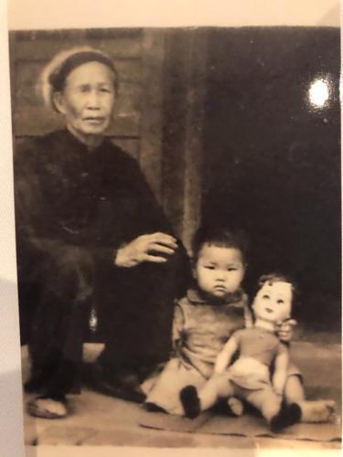 Amie hồi nhỏ chụp cùng bà nội