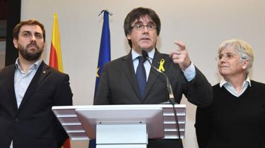 Carles Puigdemont (C) with allies Clara Ponsatí (R) and Antoni Comín in Brussels, 6 Dec 17