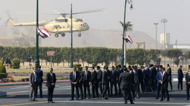A helicopter lands outside Cairo's Field Marshal Tantawi mosque before the funeral of Hosni Mubarak (26 February 2020)
