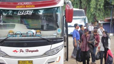 Calon penumpang bersiap menaiki bus AKAP di terminal bayangan Pondok Pinang, Jakarta, Jumat (03/04).