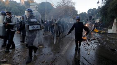 Police and protesters clash in Algeria March 2019