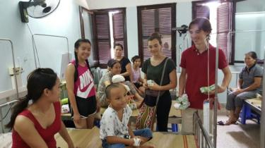 Các con của Amie cùng chị tới thăm bệnh nhân ở Bệnh viện Nhi Hà Nội hồi 2015