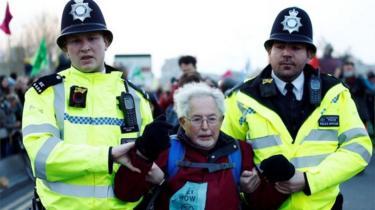 Man arrested on Waterloo Bridge