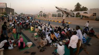 Sudanese protesters break fast in Khartoum