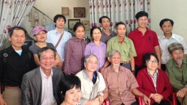 Người dân Dương Nội sang thăm người dân Đồng Tâm hôm 29/3.