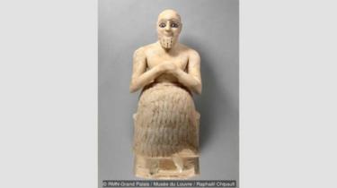 Ebih-Il yang sedang berdoa adalah patung dari periode Sumeria yang menggambarkan seorang pria dari batu pualam sedang duduk dengan mata yang terbuat dari lapis lazuli.