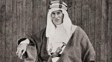 صورة شهيرة للورانس العرب بالملابس العربية التقليدية