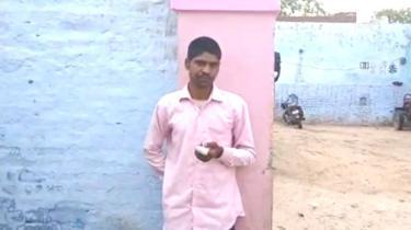 هند کې یو کس پردي ګوند ته په رایه ورکولو خپله ګوته پرې کړې