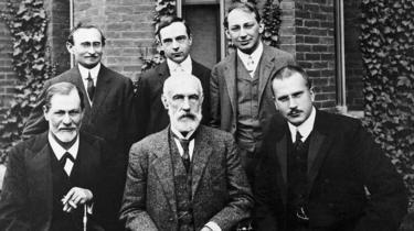 زیگموند فروید (نشسته چپ) در کنار استنلی هال (نشسته وسط) و کارل گوستاو یونگ و آبراهام بریل (ایستاده چپ) در سال ١٩٠٨ در آمریکا