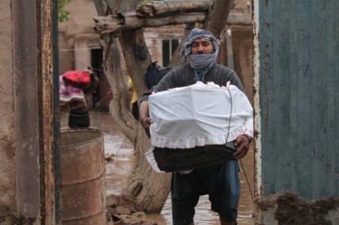 Afghanistan - people attempting to salvage belongings
