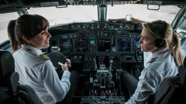 Pilot perempuan.