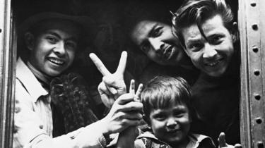Una familia mexicana cruza la frontera a EE.UU. en 1944 para ocupar trabajos vacantes a raíz de la Segunda Guerra Mundial.
