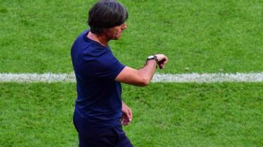 Joachim Low viendo el reloj