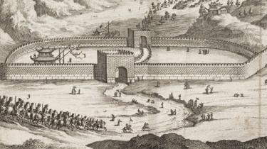 Une gravure de personnes passant par une porte de la Grande Muraille de Chine