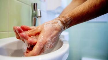 Homem lavando as mãos