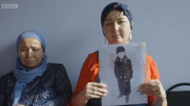 Dibantu kelompok hak asasi manusia Atarjut, Muslim Kazakh berkampanye mencari anggota keluarga mereka yang masih hilang.