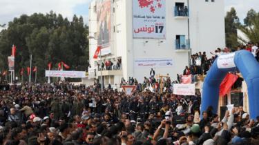 احتشد آلاف التونسيين في للاحتفال بالذكرى الأولى للانتفاضة الشعبية التي أطاحت بالدكتاتور زين العابدين بن علي وأطلقت ثورات الربيع العربي.