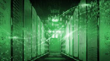 Sala de procesadores informáticos con reflejo de sistema de codificación binario.