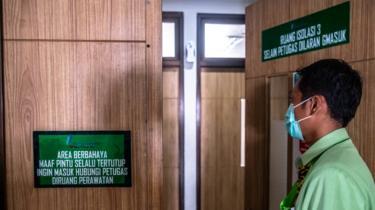 Petugas rumah sakit menunjukkan ruangan isolasi khusus untuk pasien yang menderita penyakit pneumonia berat akibat terjangkit virus novel corona di RSUP dr Kariadi, Semarang, Jawa Tengah, Jumat (24/01).