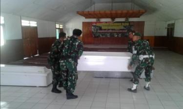 Para petugas TNI menyiapkan peti jenazah untuk korban penembakan di Kabupaten Nduga, di Kodim 1702 Jayawijaya, Wamena, Papua, Selasa (4/12)