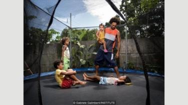 Michael Chamorro Suarez bekerja malam hari di restoran pizzanya di Cahuita, Kosta Rika, sehingga dia bisa menghabiskan waktu bersama anak-anaknya pada siang hari.