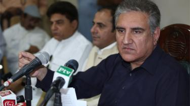 Pakistan's foreign minister Shah Mehmood Qureshi addressing reporters in Multan, April 2019