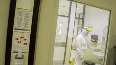 Petugas medis saat mengontrol ruangan khusus untuk wabah virus corona di Ruangan Isolasi Infeksi Khusus Kemuning Rumah Sakit Dokter Hasan Sadikin di Bandung, Jawa Barat, Jumat (24/01).