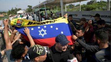 Người biểu tình tại cây cầu ở khu vực biên giới giữa Comlombia và Venezuela, ngoại ô Cucuta, hôm 30/4/2019