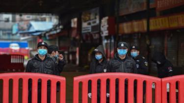 Maafisa wa polisi nje ya soko la Huanan