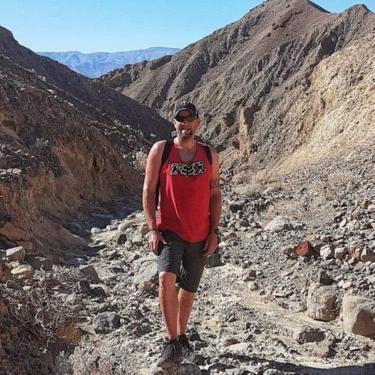 Jason Heser caminhando no Parque Nacional do Vale da Morte