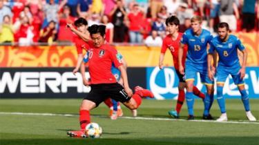 Лі Кан Ін забиває гол під час матчу