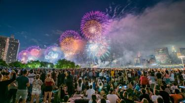 L'immagine mostra il 41° Annual Macy's 4th Of July Fireworks nel 2017's 4th Of July Fireworks in 2017
