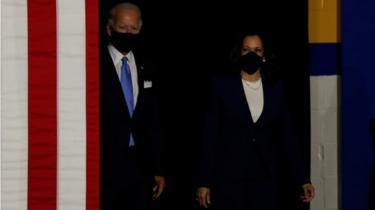 Candidato presidencial democrata e ex-vice-presidente Joe Biden;  e a candidata a vice-presidente, senadora Kamala Harris, sobem ao palco em um evento de campanha, sua primeira aparição conjunta desde que Biden nomeou Harris como seu companheiro de chapa, na Alexis Dupont High School em Wilmington, Delaware, EUA, 12 de agosto de 2020.