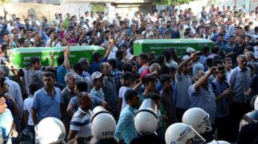 துருக்கிய அதிகாரிகள் ஐ.எஸ். தீவிரவாதிகளுடன் கூட்டு சதியில் ஈடுபட்டுவிட்டனர் என்று சுருக்-கில் 2015ல் தற்கொலைப் படை தாக்குதல் நடந்த பிறகு, குர்திஷ் இனத்தவர்கள் குற்றஞ்சாட்டினர்