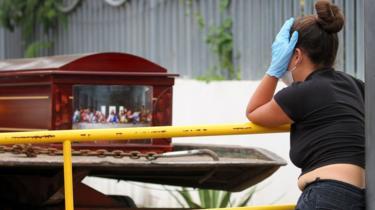 في الأسبوع الأخير من مارس/آذار الماضي، توفي أكثر من 300 شخص في بيوتهم بمدينة غواياكويل جراء فيروس كورونا