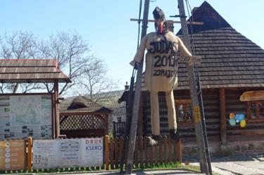 Judas effigy hanging, 19 Apr 19
